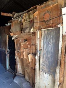 Eingangsbereich einer heruntergekommene Hütte aus Pappe und Holz