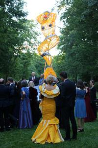 Frau mit Meerjungfraukleid vor Meerjungfraukunstwerk