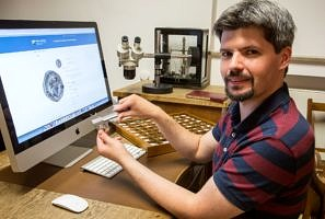 Archäologe Andreas Murgan braucht für die Aufnahme einer Münze in die Datenbank normalerweise 90 Minuten. (Bild: FAU/Georg Pöhlein)