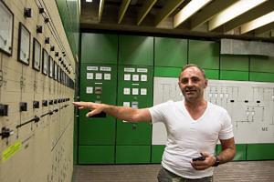 Georg Stühler, Leiter von G3, vor der großen Schalttafel in der Schaltwarte. (Bild: FAU/Georg Pöhlein)