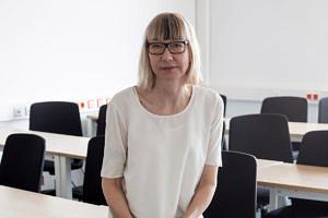 Prof. Dr. Sabine Pfeiffer vom Lehrstuhl für Soziologie mit dem Schwerpunkt Technik - Arbeit - Gesellschaft. (Bild: FAU/Georg Pöhlein)