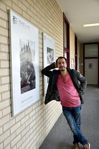 Portraitfoto: Künstler ist an Wand gelehnt