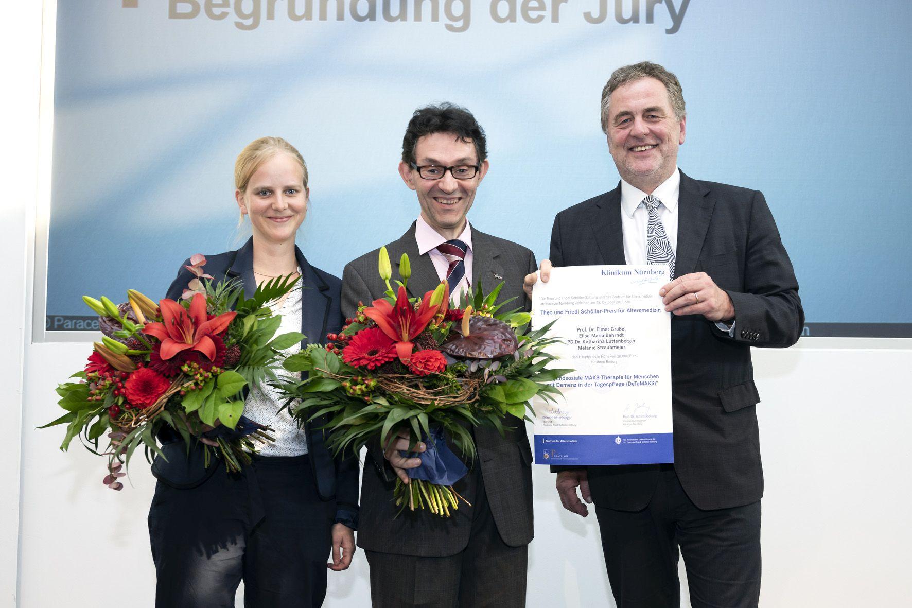 Forscher mit Blumensträußen und Übergabe Urkunde