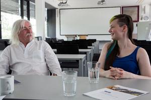 Josephine Seidel, die jüngste unter den Mitarbeitern des RRZE, und Dieter Dippel, der am längsten dort arbeitet, im Doppelinterview. (Bild: FAU/Georg Pöhlein)