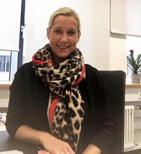 Portraitbild von Silke Besold. Sie trägt ein Halstuch in Leopardenoptik.