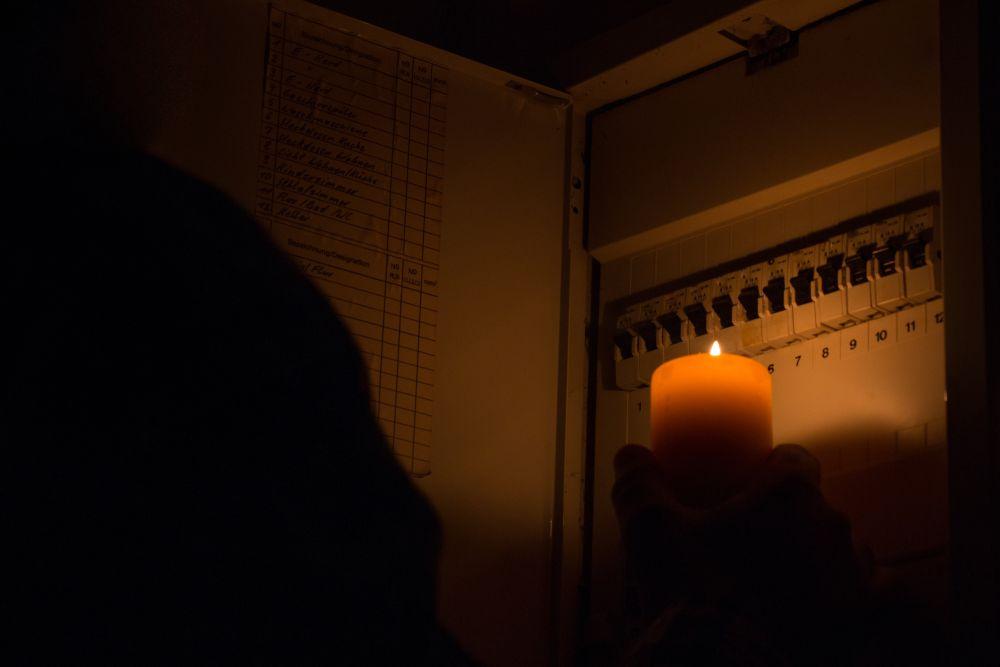 Stromkasten in Kerzlenlicht