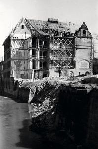 Schwarzweißfoto der beschädigten Hindenburg Hochschule.