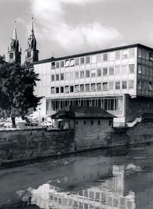 Schwarzweißfoto der Hochschule für Wirtschafts- und Sozialwissenschaften in Nürnberg.