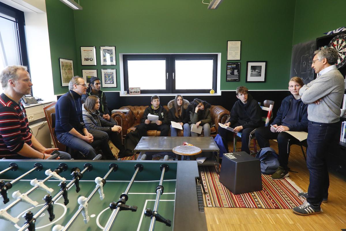 Gruppe auf Sofa hinter Tischkicker