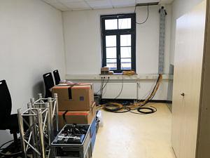 Blick in einen beinahe unmöblierten Raum: Überall liegen Kisten und Kabel rum.