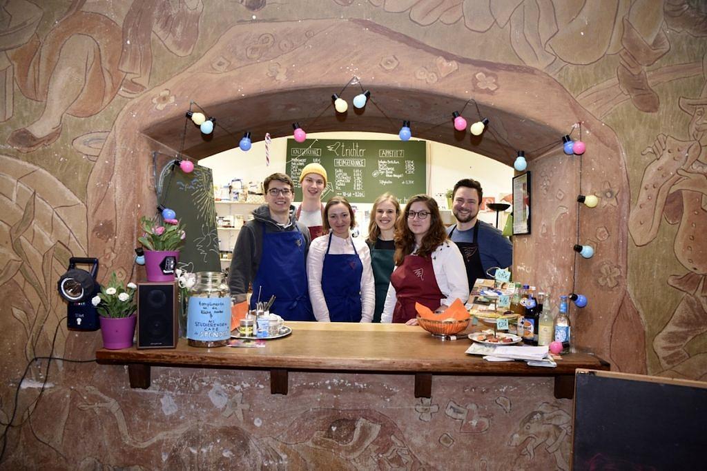 Gruppenbild von sechs Trichtermitarbeiterinnen.