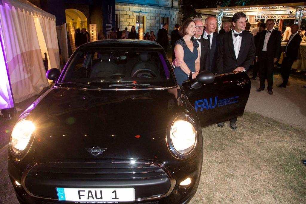 Gewinnerin vor Mini Cooper vom Autohaus Wormser