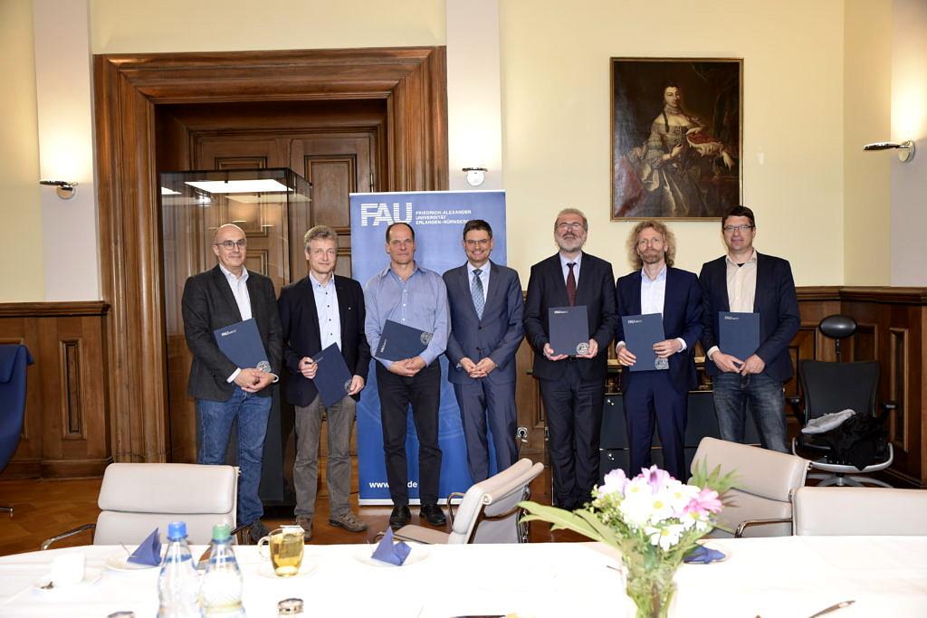 Gruppenbild mit Professoren, die ihre Urkunde in den Händen halten