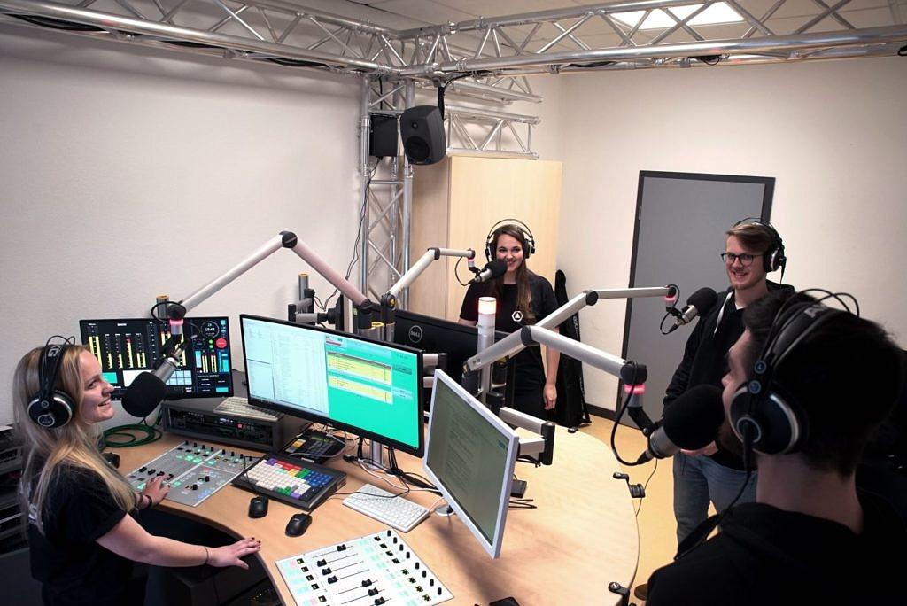 Studierende im Rundfunkstudio