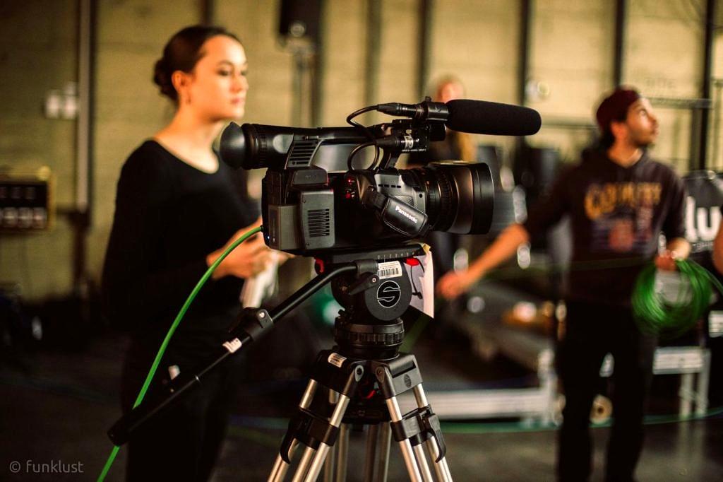 Studierende mit Kameras