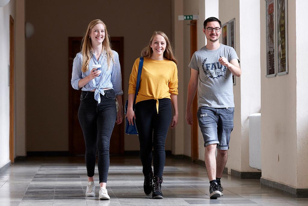 Studierende laufen durch Kollegienhaus