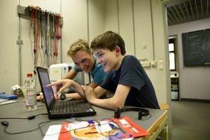 Felix Brunnbauer mit Freund am Laptop