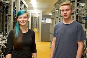 Josephine Seidel und Julian Volland in einem Serverraum.
