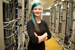 Josephine Seidel in einem Serverraum.