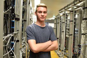 Julian Volland in einem Serverraum.