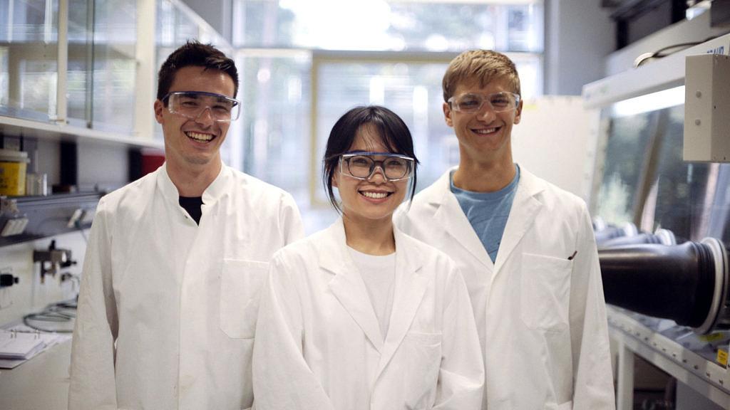 Menschen mit Laborschutzkleidung