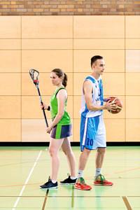 Basketballer und Lacrosse-Spielerin Rücken an Rücken