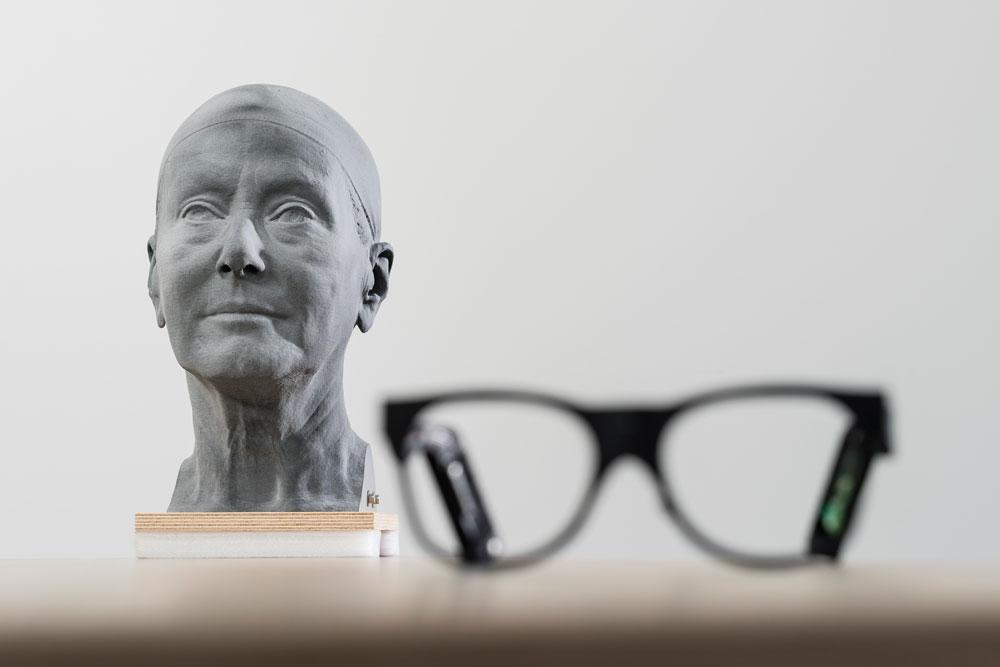KI-Brille und 3D-Ausdruck eines Kopfes