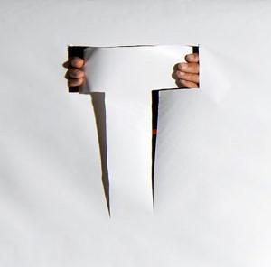 """Buchstabe """"T"""" ausgeschnitten aus Papier"""