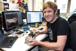 Dr. Simon Ripperger an seinem Arbeitsplatz.