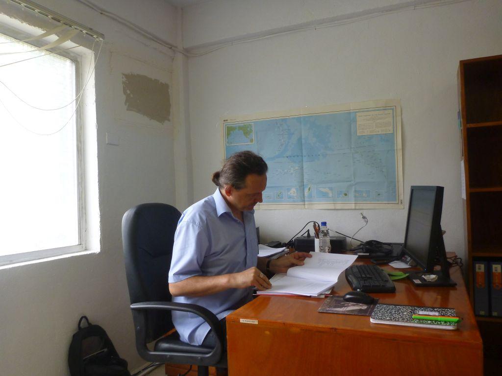 Mann an einem Schreibtisch
