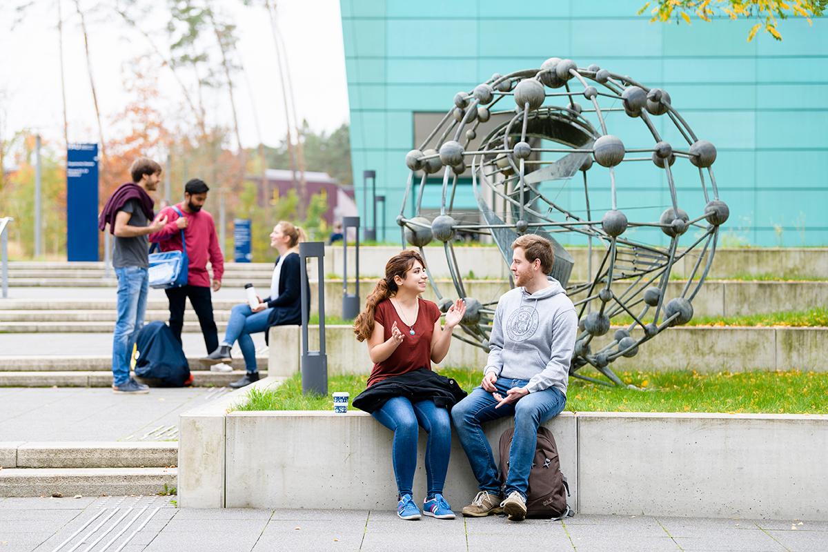 Studierende vor dem Chemikum (Bild: Uwe Niklas)