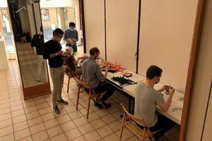 Die sStudierenden bauen die Faceshields zusammen