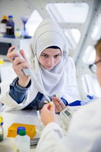 Schülerin arbeitet im Labor.