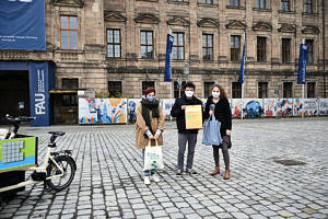 2. Platz: Smart City Greens: v.l.: Fee Breunig (Jurymitglied), Martin Knöfel (Team Smart City Greens), Janina Baumbauer (Stadt Erlangen)