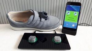 """FAU-Forschende haben zusammen mit dem Erlanger Start-up Portabiles HealthCare Technologies ein tragbares Laborn in Form eines mit Sensoren ausgestatteten Schuhs entwickelt. Das """"Mobile GaitLab"""" misst individuell die Gangqualität bei Parkinson-Erkrankten."""