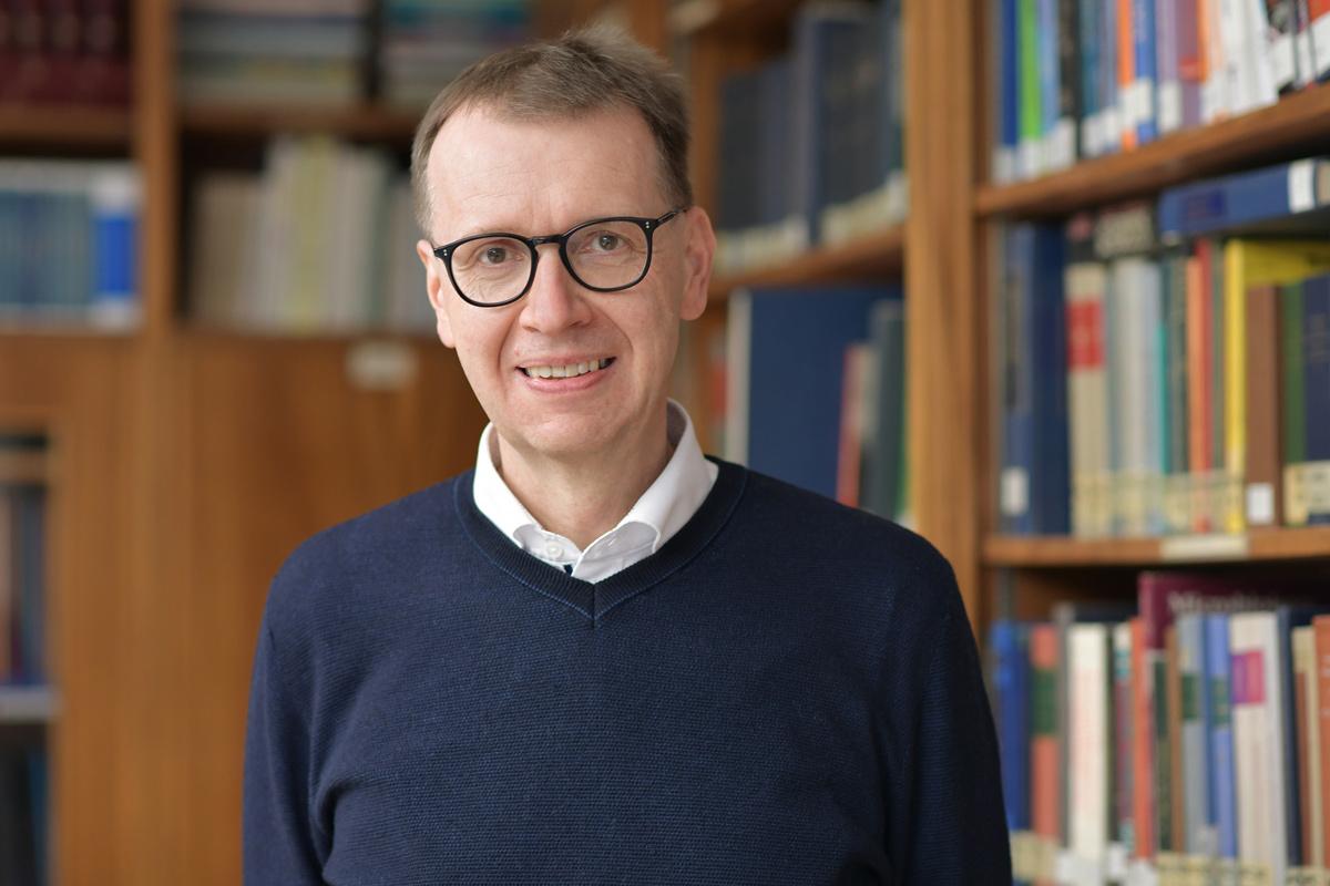 ARD-alpha: Prof. Dr. Christian Bogdan über AstraZeneca |  Friedrich-Alexander-Universität Erlangen-Nürnberg