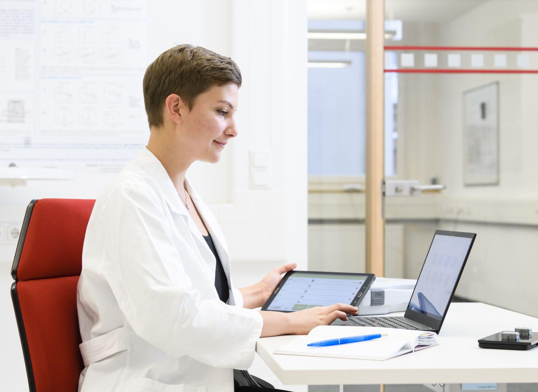 Ärztin vor einem Laptop.