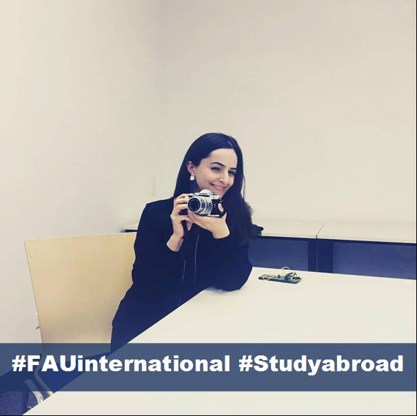 Portrait der Studentin Ani mit Fotokamera in der Hand, darunter steht #FAUinternational und #Studyabroad