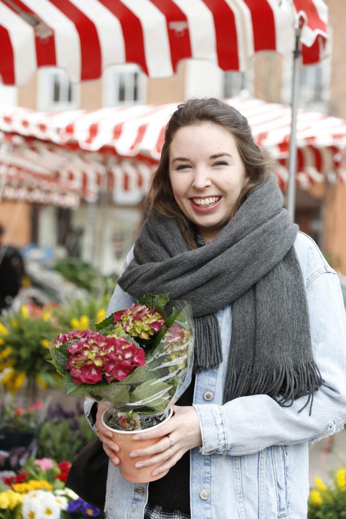 Eine Frau mit einem Blumenstrauß.