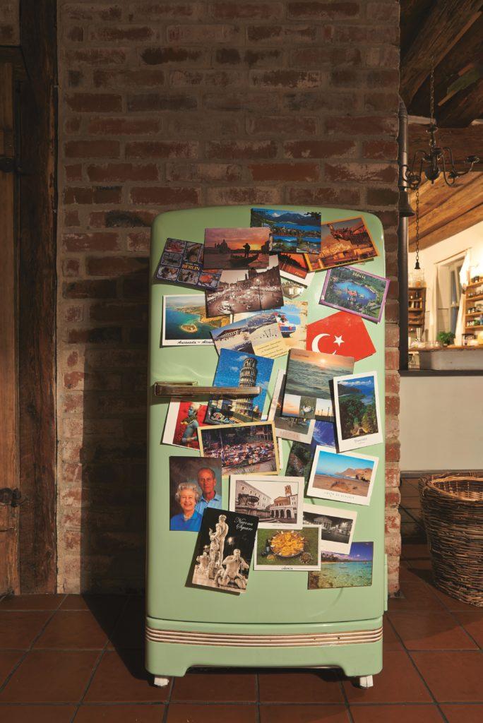Kühlschrank mit vielen Postkarten
