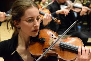 Eine Frau spielt Geige.