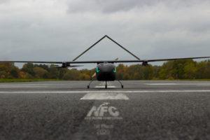 Ein Flugzeug auf einer Landebahn.