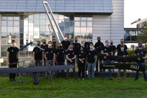Gruppenbild vor einem gläsernen Gebäude.