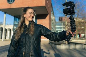 Studentin Laure mit der Kamera in der Hand