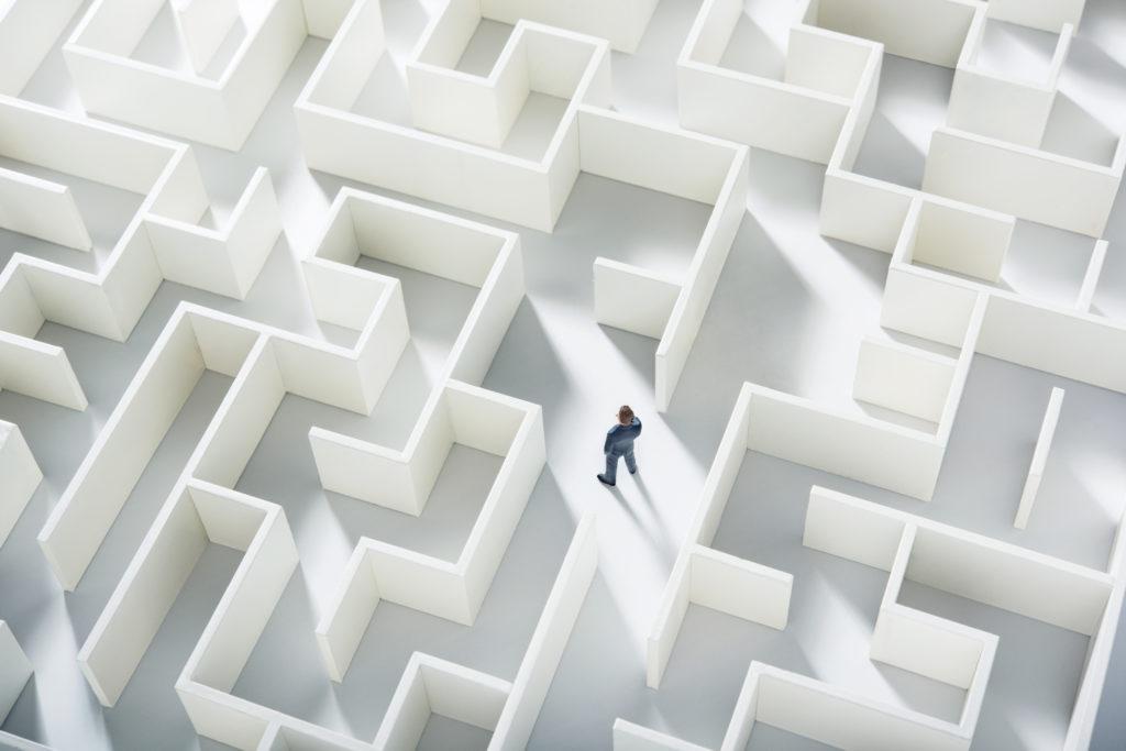 Eine Figur steht im Labyrinth