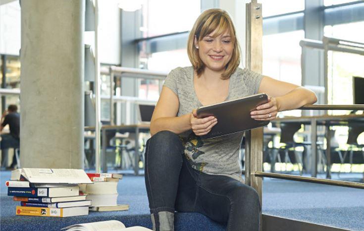 Studentin in Universitätsbibliothek
